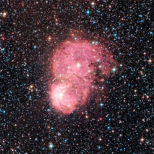 NGC 248 brilha em tons rosa